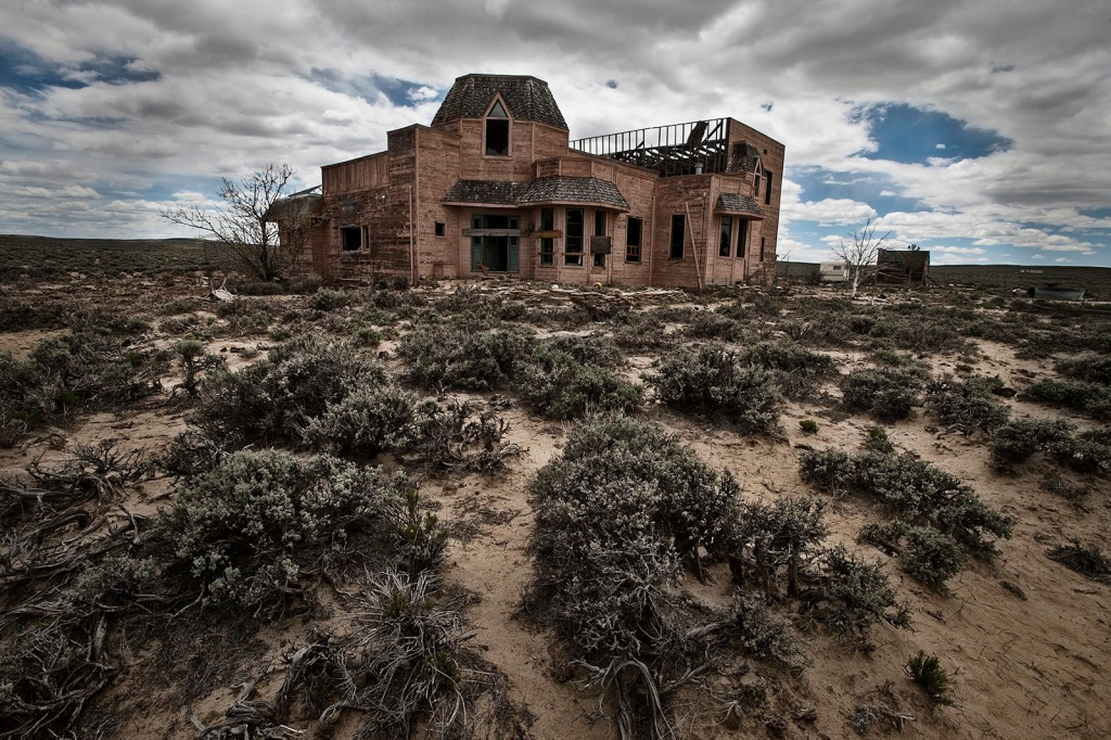 abandoned-home-red-desert